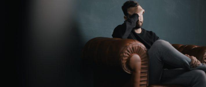 la honte: un homme assis