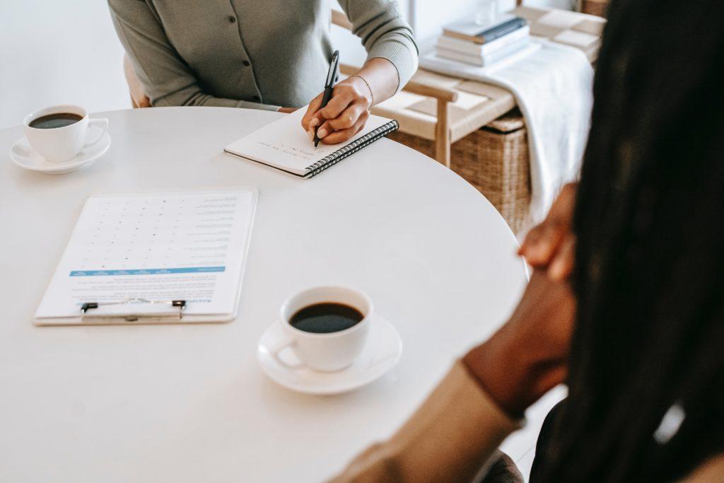 psychothérapie : une thérapeute prend des notes