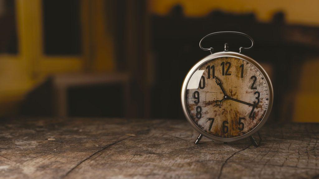 thérapie brève : un réveil sur une table