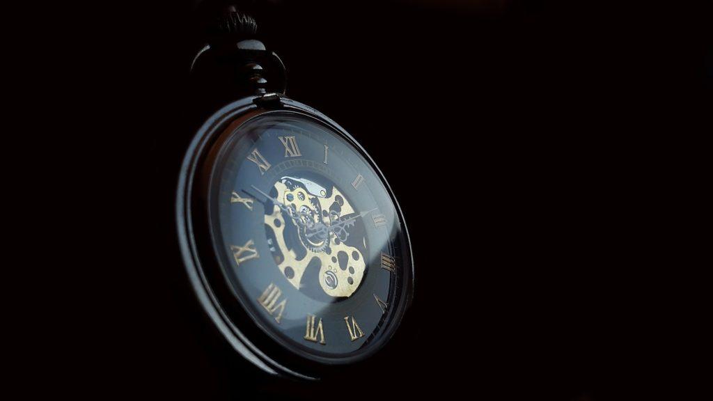 thérapie brève: une montre sur fond noir