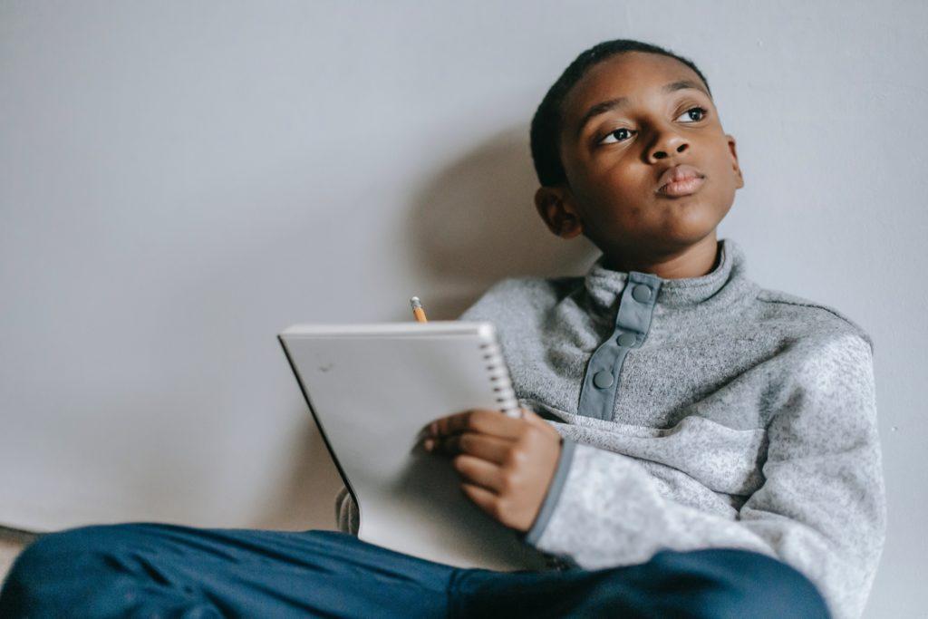 alliance thérapeutique: un enfant joue au psy