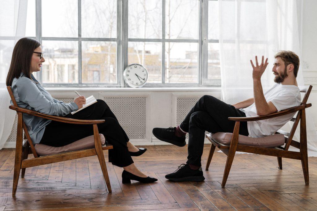 discussion entre une psychologue et son patient